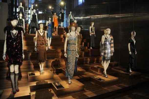 """Wystawa kostiumów z filmu """"Wielki Gatsby"""" w butiku Prady na  SoHo w NY"""
