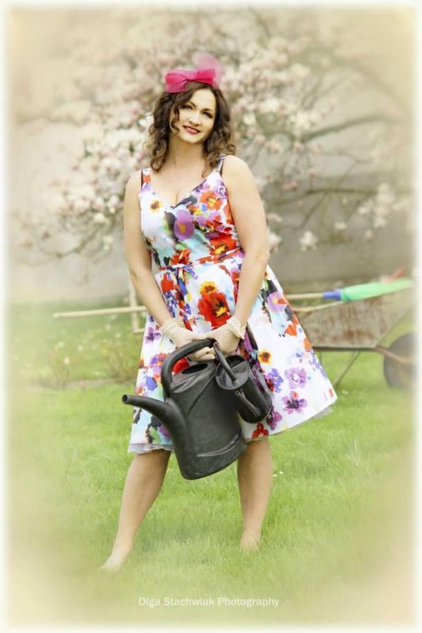 Sukienka i fascynator Royal Splendor, rękawiczki Roksana Styl.